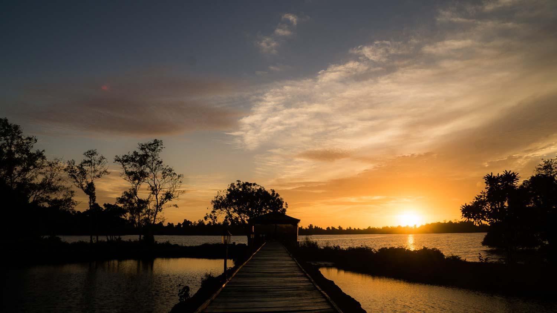 Ayurveda Resort Sea Lounge auf dem Natursee abends bei Sonnenuntergang