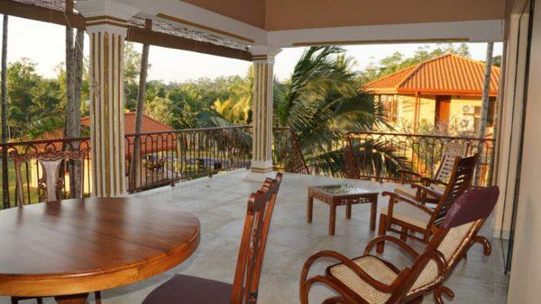 Ayurveda Resort Doppelzimmer mit Balkon und Ausblick ueber die Gartenanlage Sri Lanka Bentota