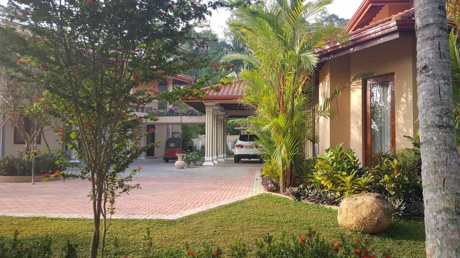 Ayurveda Resort Zufahrt vor Haupteingang Villa Raphael