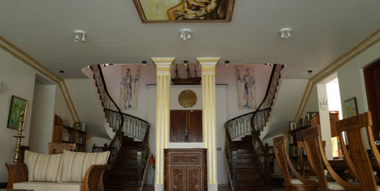 Ayurveda Resort Salon mit Wendeltreppen zur oberen Etage der Villa