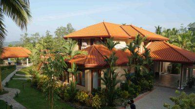 Ayurveda Resort Gartenanlage Ausblick vom Yoga Raum auf die Villa
