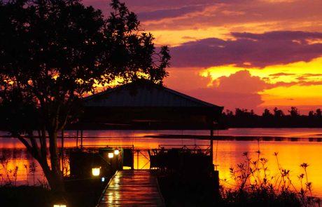 Ayurveda Resort Sea Lounge Steg zur Sea Lounge auf dem angrenzenden Natursee bei Sonnenuntergang Sri Lankas