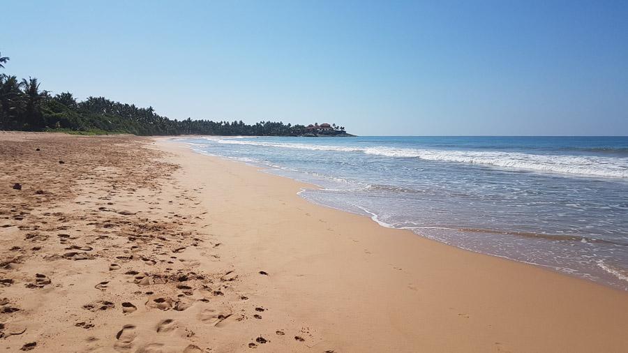 Bentota Beach, Sri Lankas indischer Ozean, mit goldenem Sand