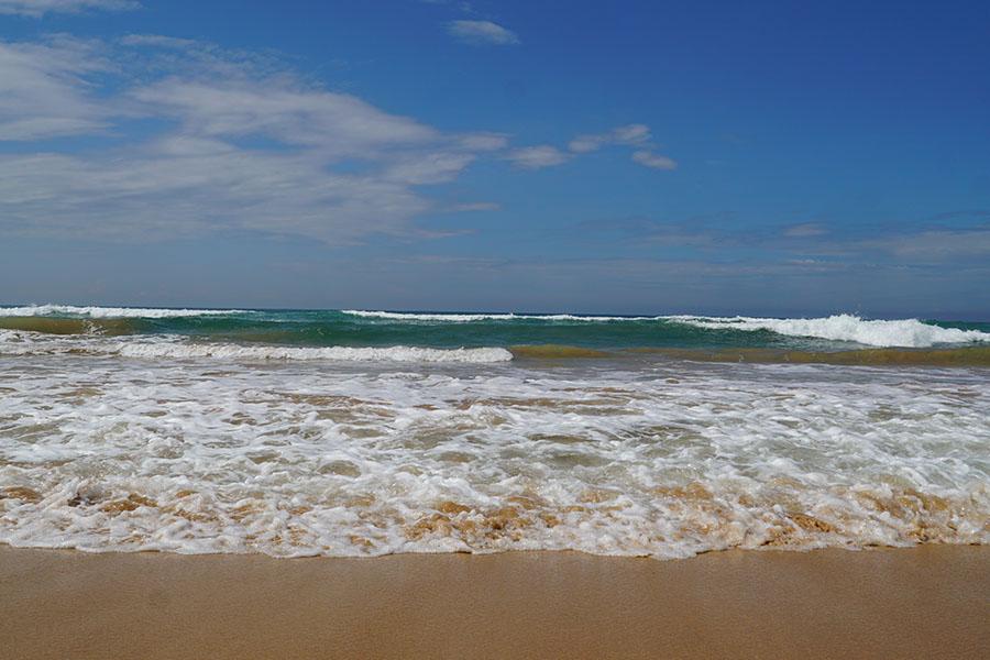 Ausfluege Bentota Bentota Beach Wellen am Strand Sri Lanka