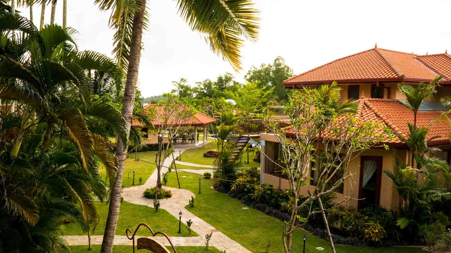 Ayurveda Resort Gartenanlage Sicht vom offenen Yoga Raum auf den Garten
