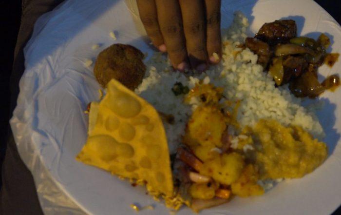 Buddhistische Zeremonie Teller mit Papadam und Curry wird von Hand gegessen