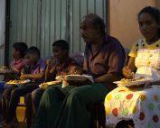 Buddhistische Zeremonie Fest des Gebens sighalesische Dorfbewohner beim Essen