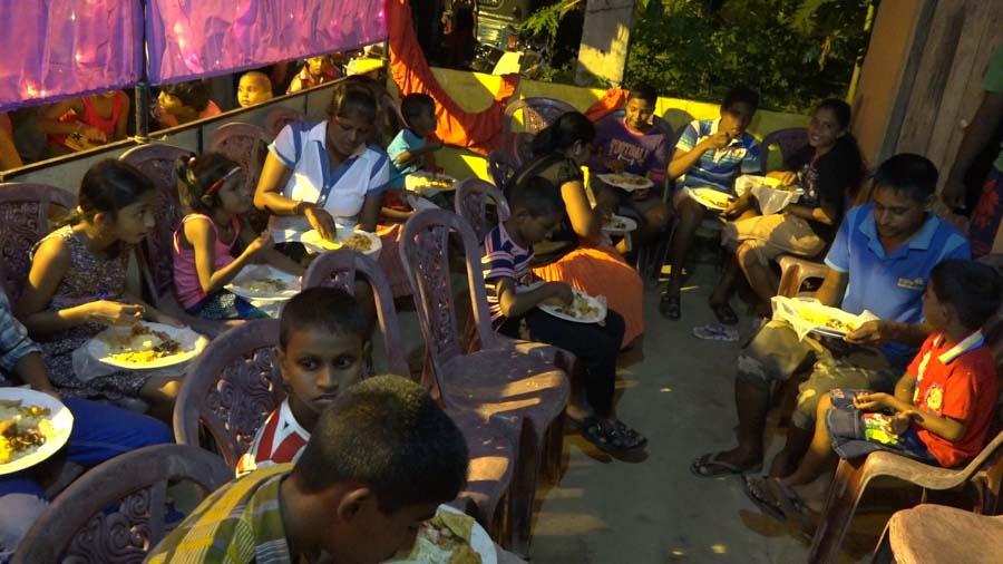 Dorfbewohner beim Essen