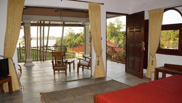 Ayurveda Resort Luxuszimmer mit Balkon und Sicht auf den Natursee