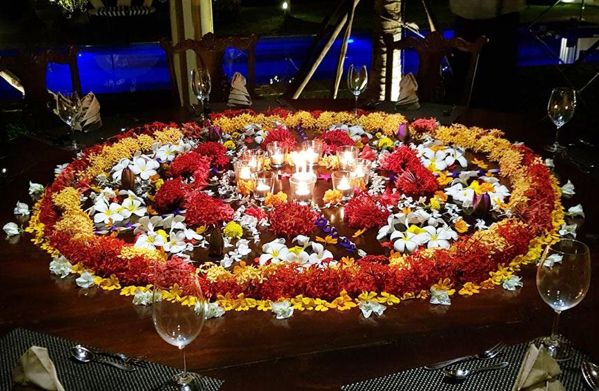 Ayurveda Resort Weihnachten Blumen Dekoration mit Kerzen