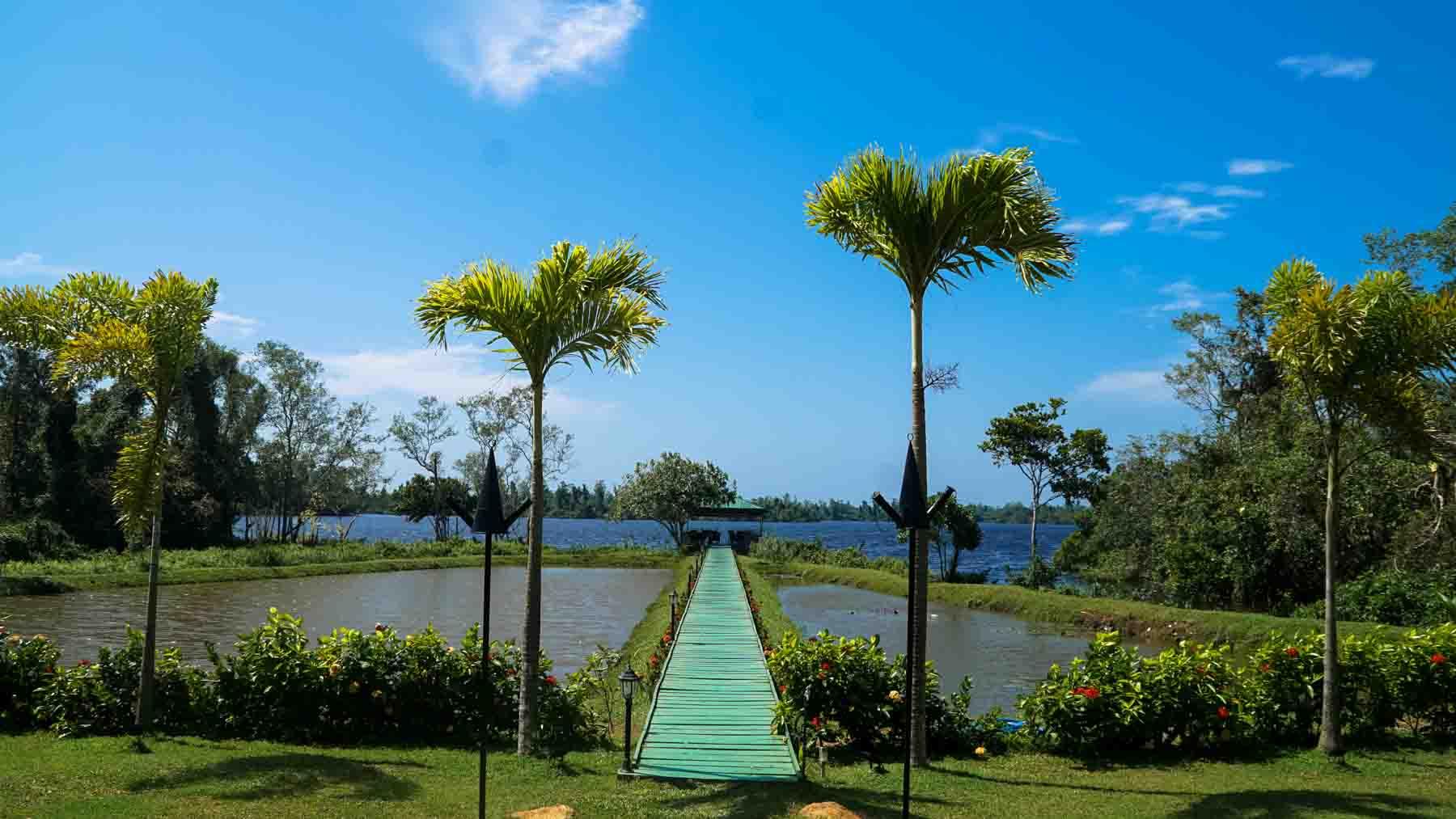 Ayurveda Resort Sea Lounge Sicht zur Sea Lounge hinter dem Teich auf dem Natursee Sri Lanka