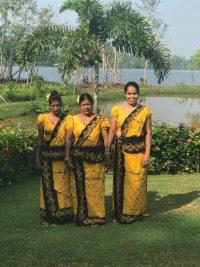 Ayurveda Resort Singhalesinnen in festlichem Sari am Teich der Villa Raphael