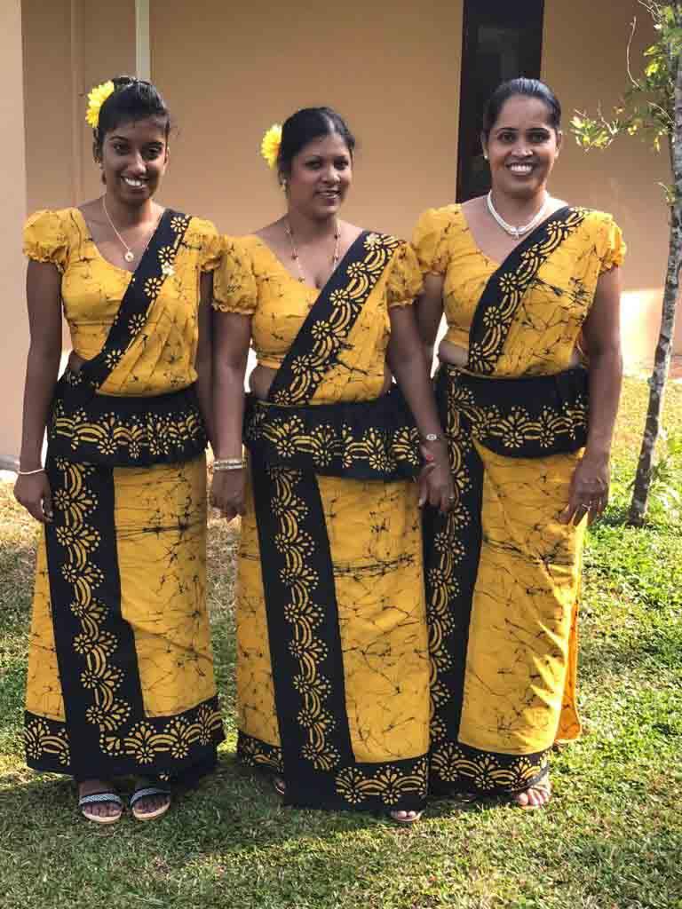 Ayurveda Resort drei Ayurveda Therapeutinnen in gelbem Sari am Neujahrsfest