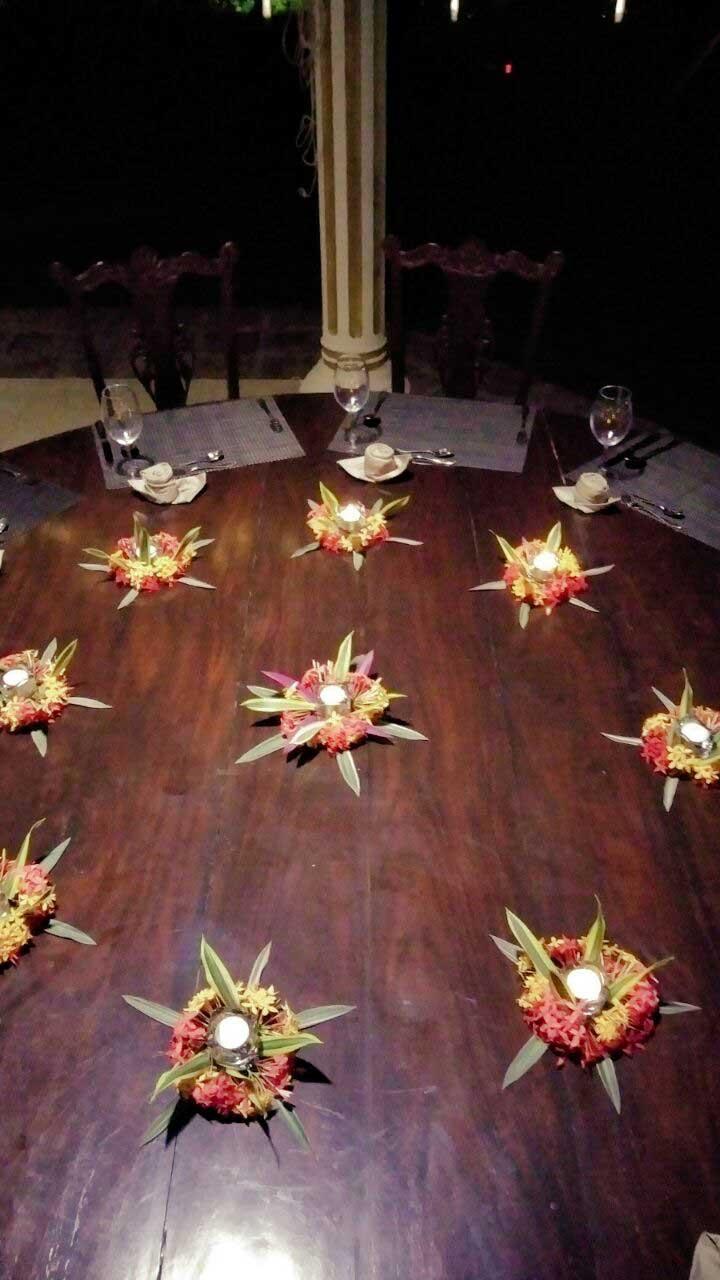 Ayurveda Resort farbenfroh geschmueckter Esstisch an Weihnachten in Bentota