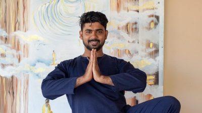 Ayurveda Resort Tajmilan Hatha Yoga Lehrer in der Baum Pose Vrksasana