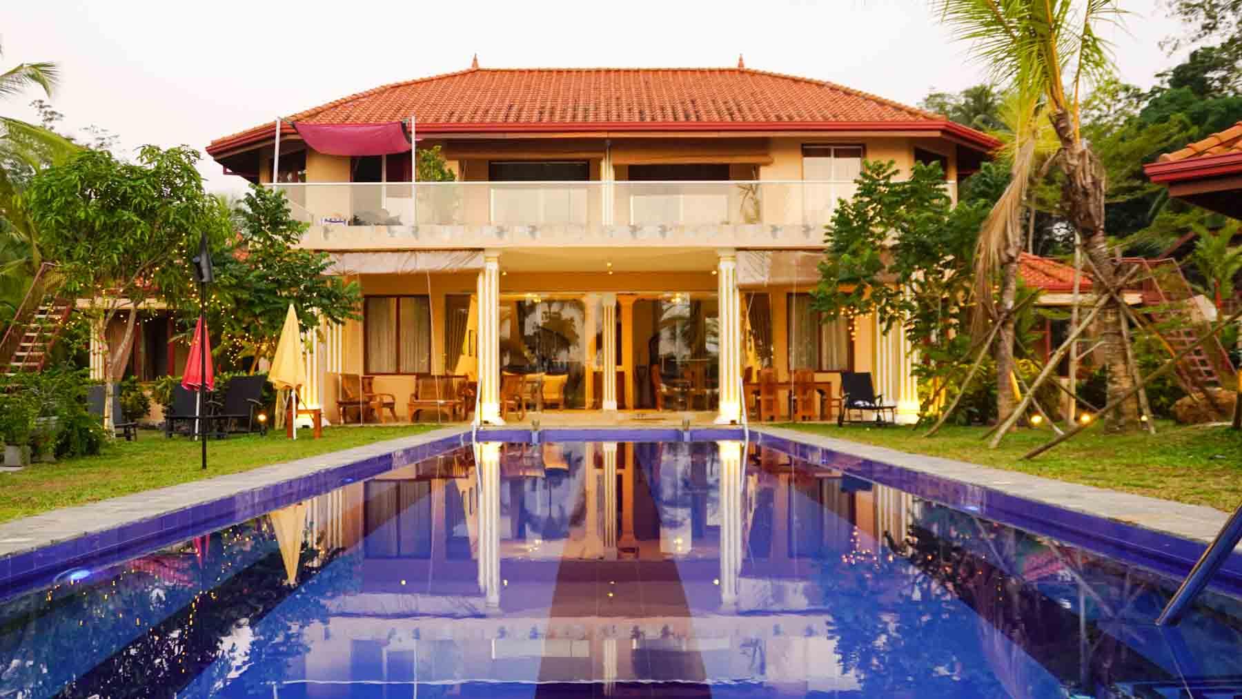 Ayurveda Resort Pool Frontansicht der Villa mit blauem Pool