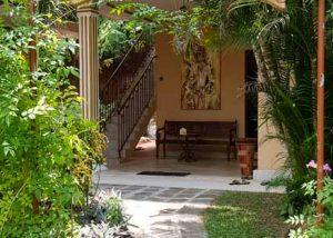 Ayurveda-Center Eingang, Weg zum Eingang mit ueppigem Gruen