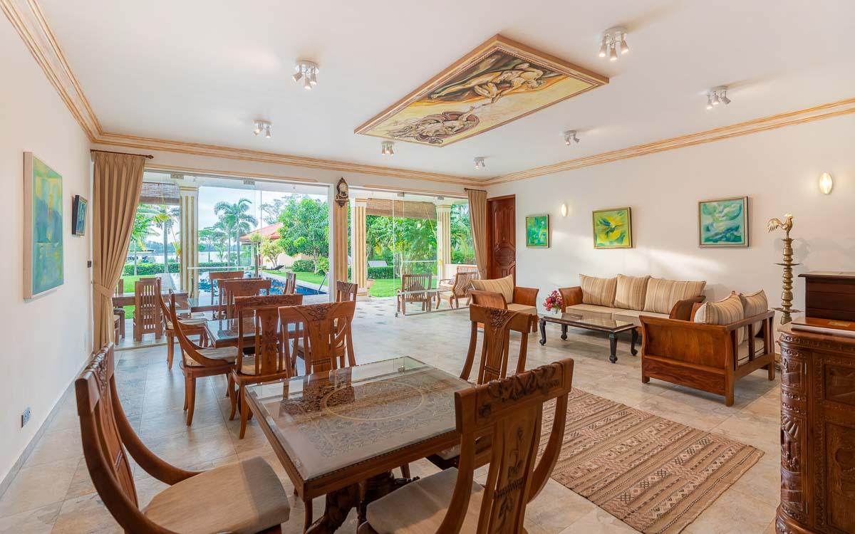 Villa Salon mit Blick zum Pool und der Veranda