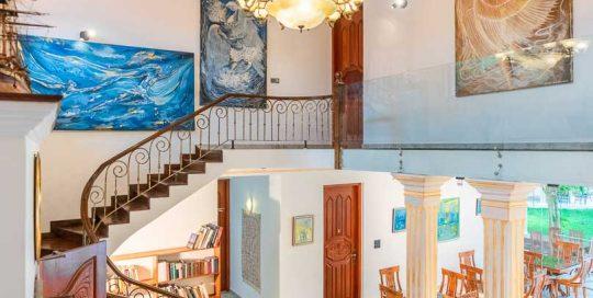 Galerie mit kunstvollen Gemaelden eines lokalen Kuenstlers