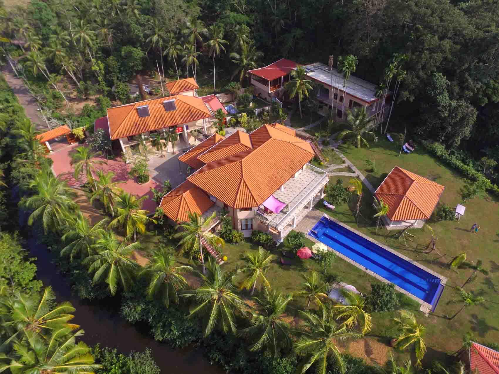 Villa Raphael aus der Vogelperspektive Resort und Fluss Sri Lanka