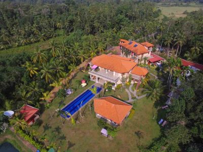 Villa Raphael aus der Vogelperspektive Anlage mit naturbelassener Umgebung