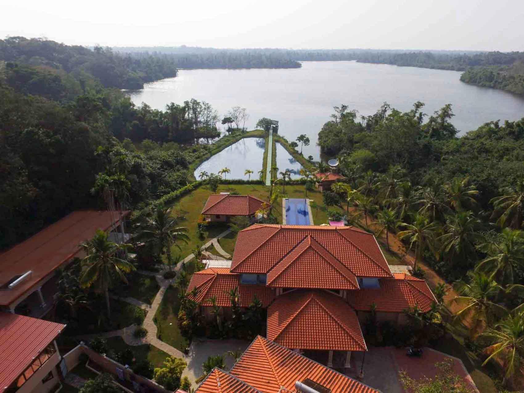 Villa Raphael aus der Vogelperspektive Anlage mit Ausblick auf den Natursee