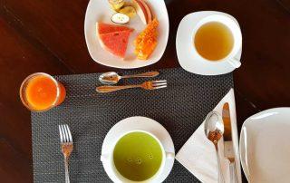 Ayurvedisches Fruehstueck: Herbalsuppe, Koriandertee, Fruechte, Mangodrink, Rotis