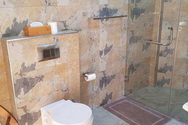modernes Bad mit Marmor