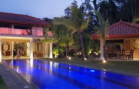 Villa Raphael - Pool und Haus mit rosa Licht im Sonnenunterang