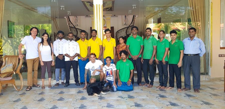 Team der Villa Raphael vor dem Haupthaus