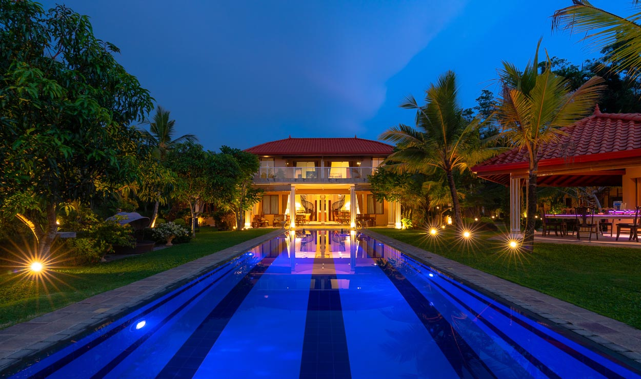 Ayurveda Resort-Frontansicht mit Pool by Night