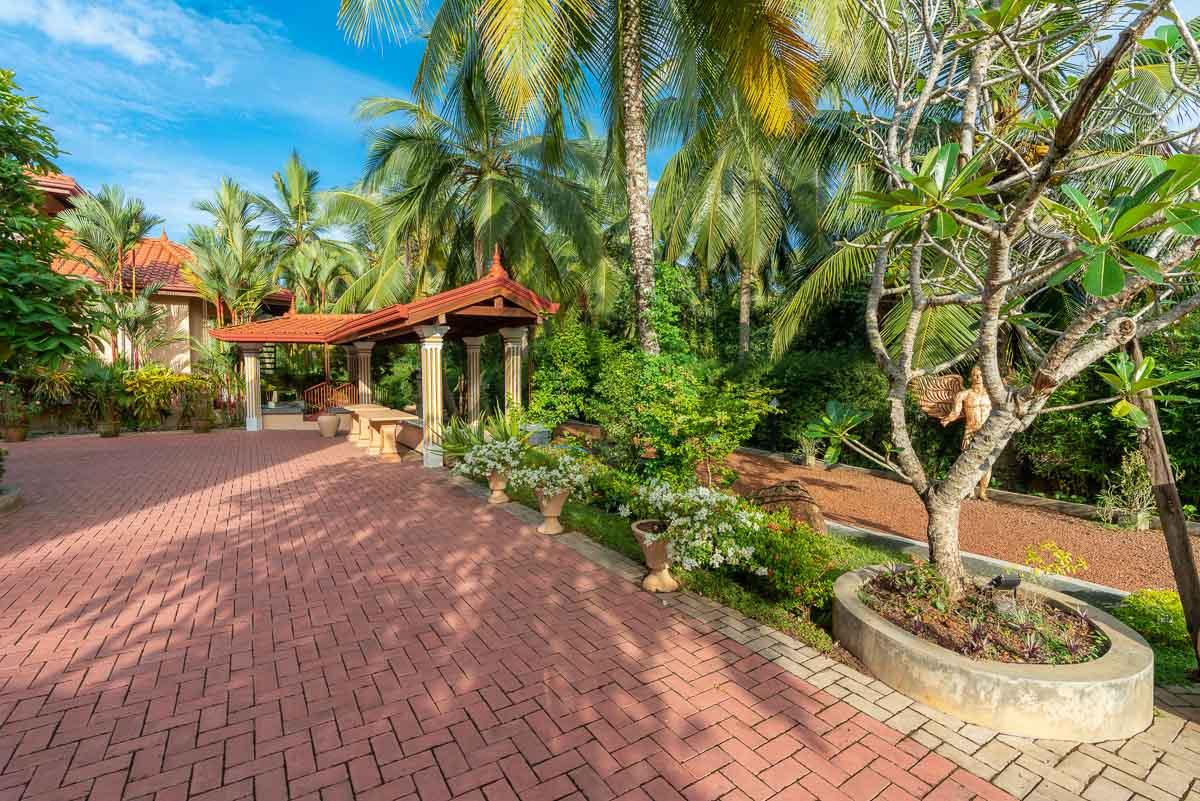 Villa-Zufahrt Platz mit gedecktem Fischteich