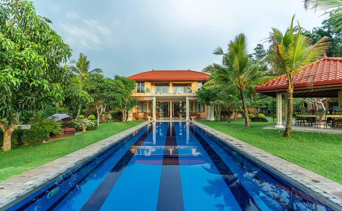 Villa-Frontansicht mit Pool bei Tag