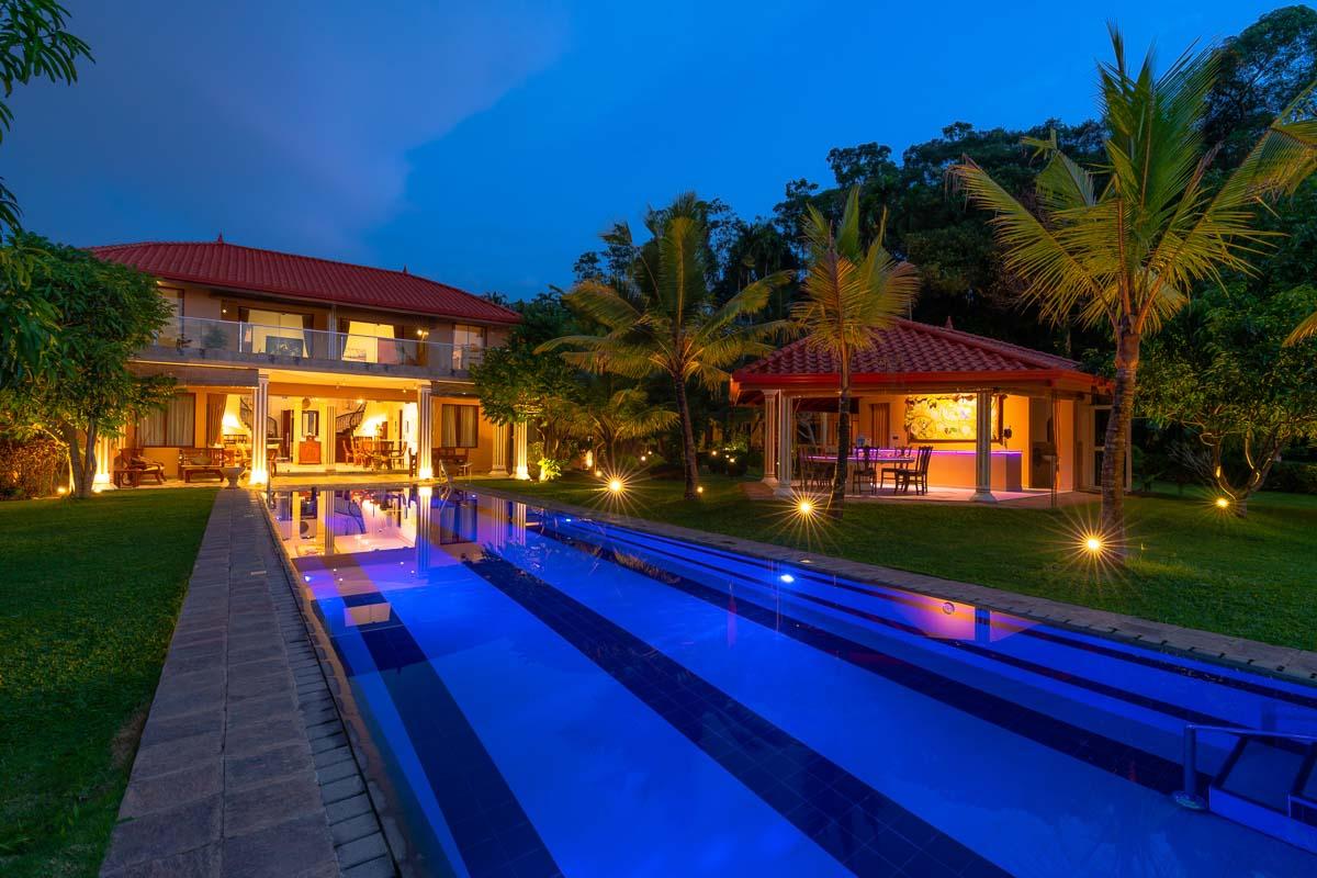 Villa Pool und Gartenhaus beim Eindunkeln