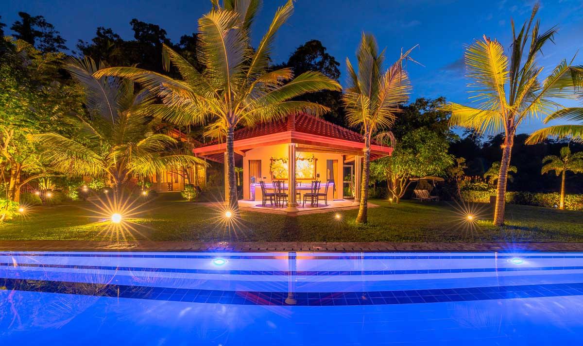 Gartenhaus beleuchtet bei Nacht