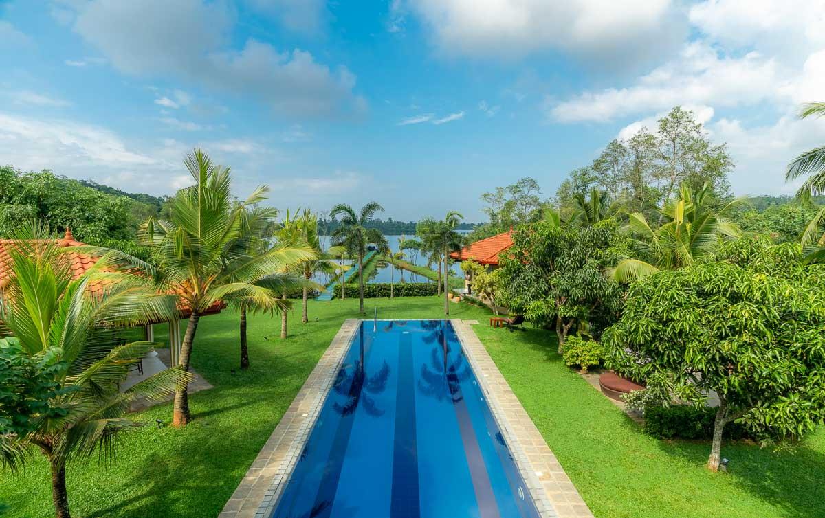 Garten mit Pool: Aussicht von der Veranda zum See