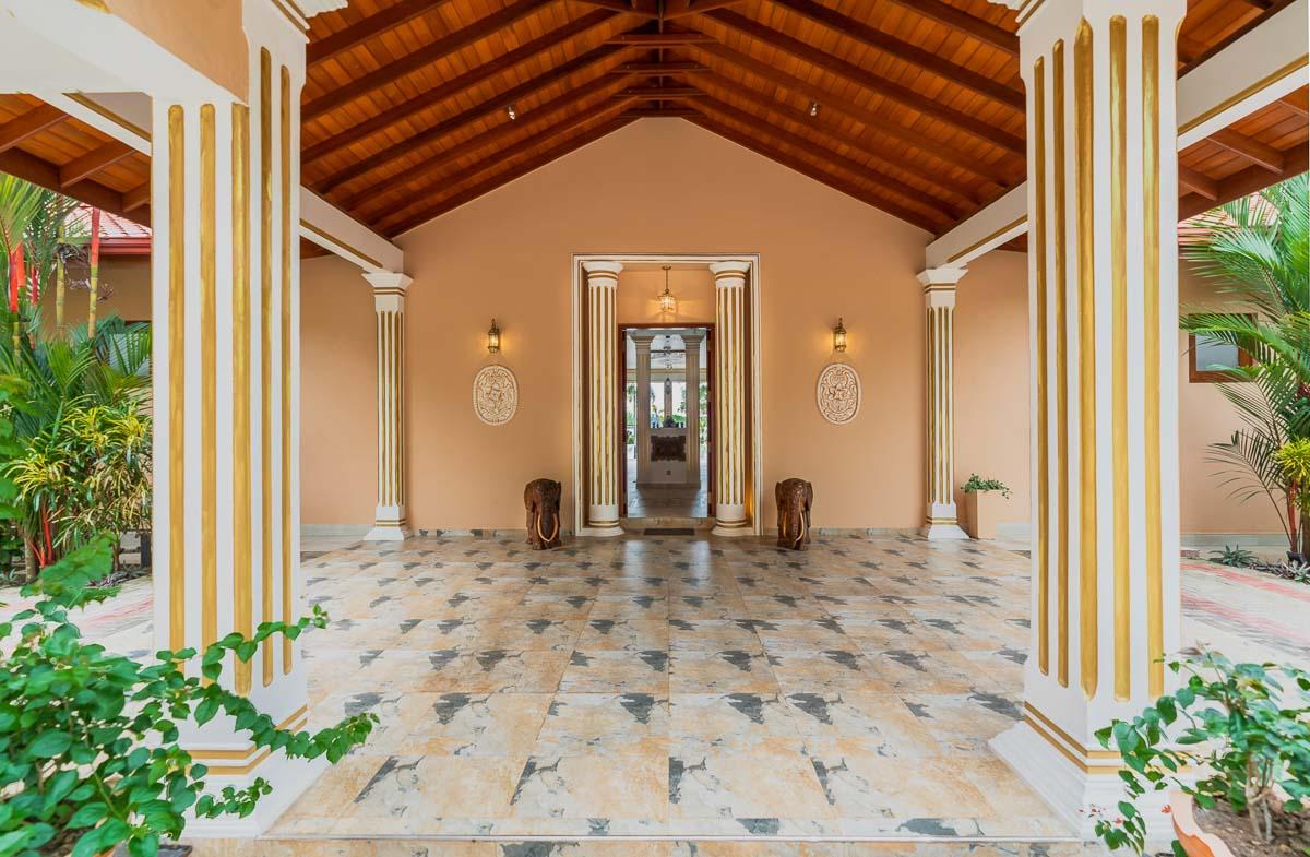 Villa-Haupteingang offen mit zwei Elefantenstatuen aus Holz geschnitzt