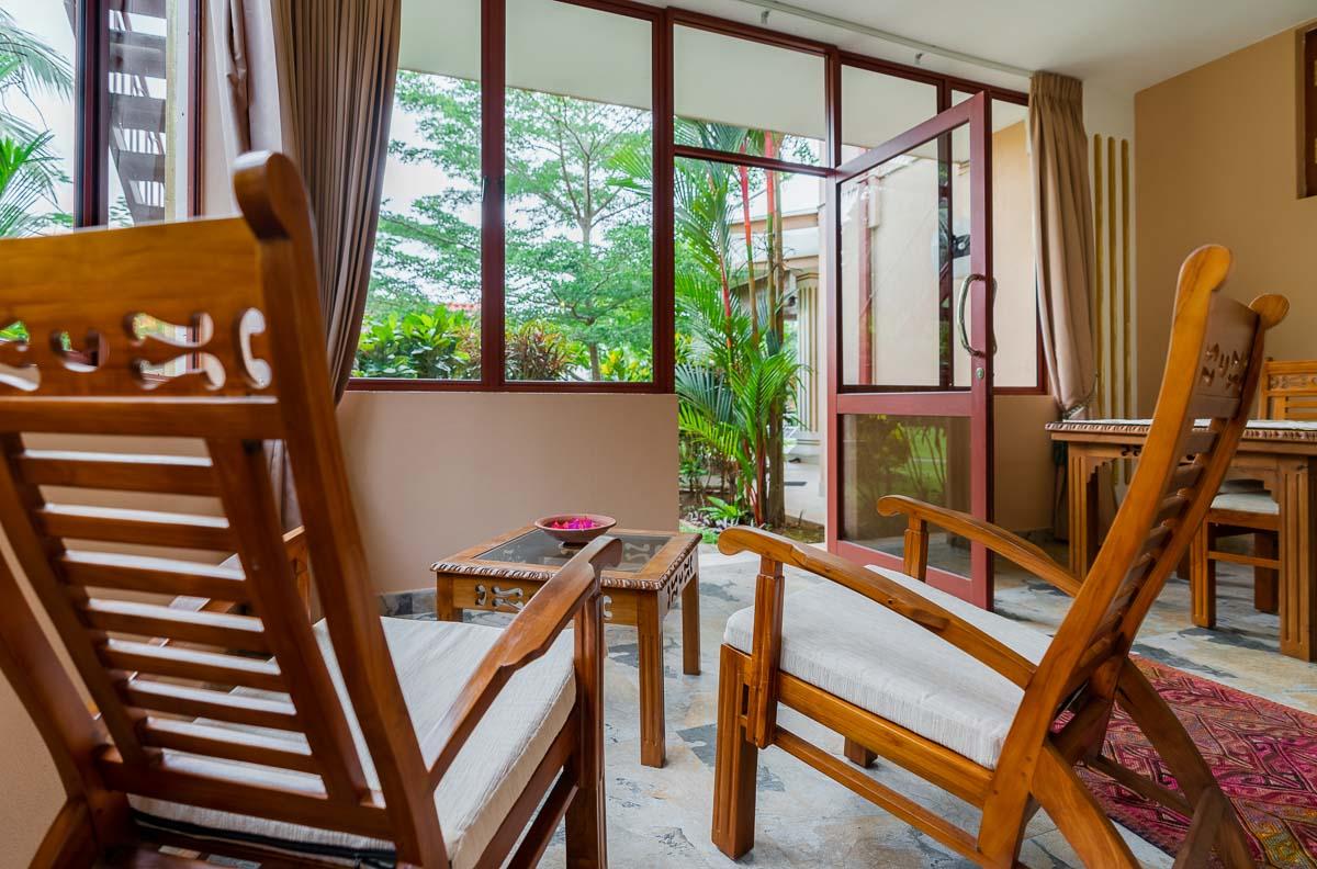 Veranda verglast mit Gartenzugang, Teakholzmoebel