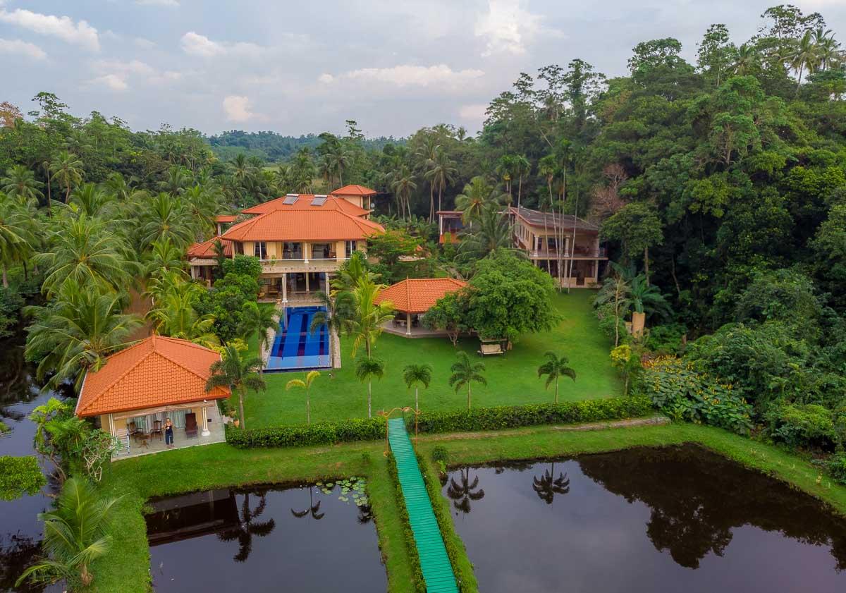 Frontansicht des Resorts mit der Drohne