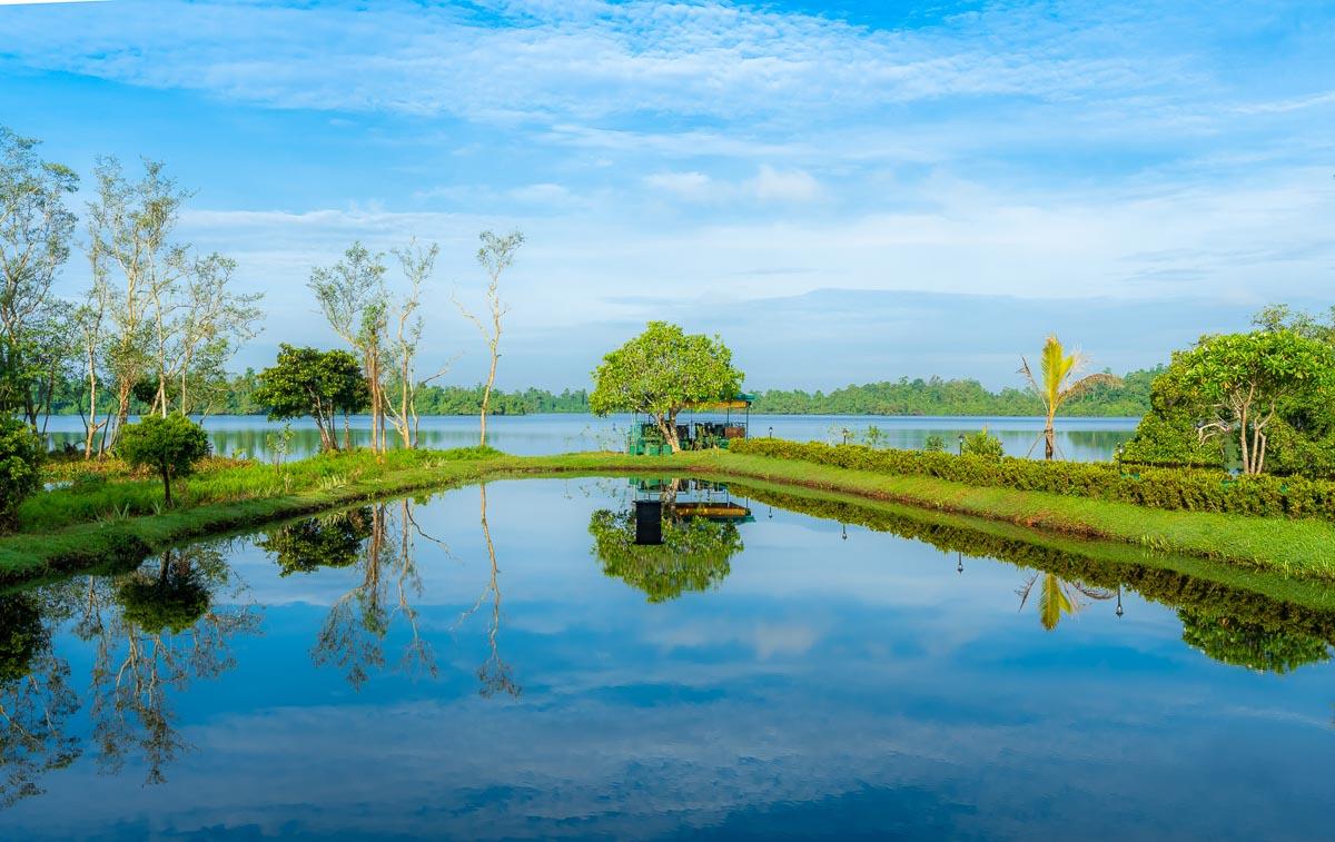 Ruhiger See in der Morgenstimmung