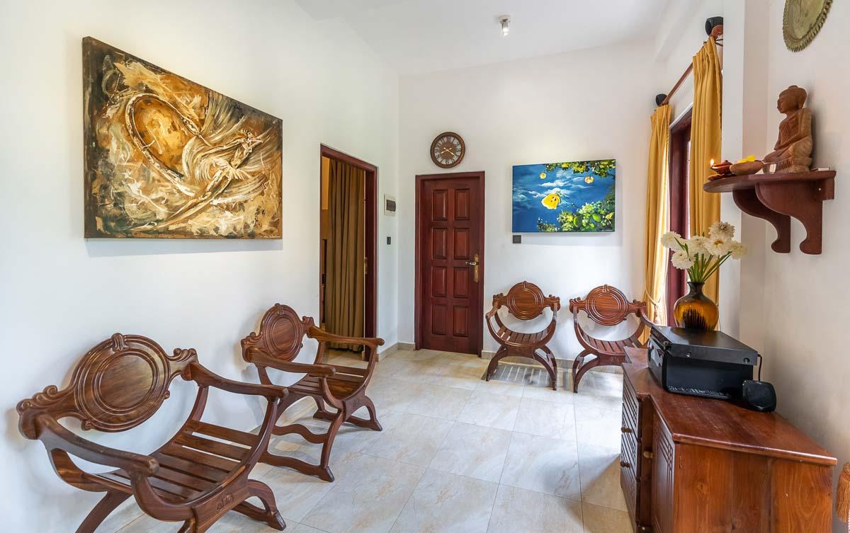 Ayurveda-Center Vorzimmer mit Teakholzmoebeln