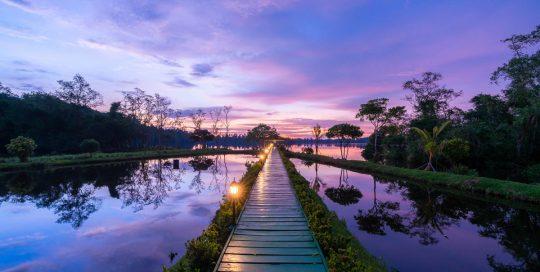 Steg zur Sea-Lounge und dem Natursee des Resorts